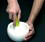 размельчать яичную скорлупу лучше в ступке